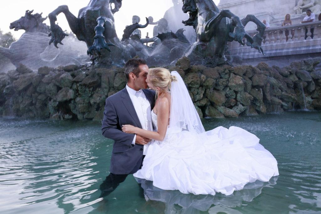 Bordeaux couple de jeunes maries s'embrassent dans la fontaine des girondins aux Quinconces