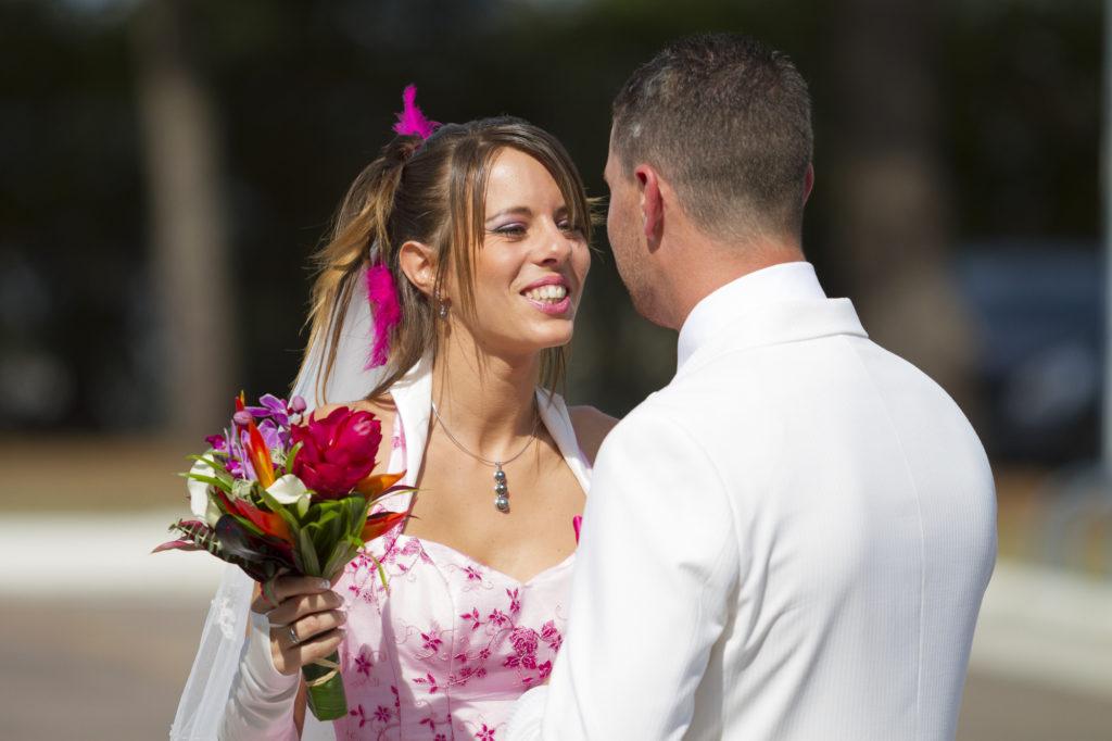 le marié découvre sa future épouse en robe de mariage juste avant la cérémonie civile de mariage au Grand Darnal a Bruges Sebastien Huruguen Photographe Mariage Bordeaux