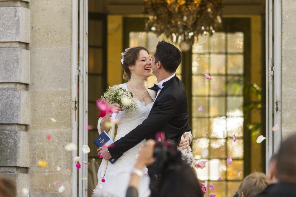couple de mariés heureux à la sortie de la mairie de talence dans le parc de peixotto en Gironde sous l'oeil du photographe de mariage à Bordeaux Sébastien Huruguen
