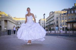 Mariée en robe de Mariage dans le centre ville de Bordeaux pour une séance trash the dress avec le photographe de mariage Sebastien Huruguen