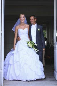 Mariage Bordeaux cérémonie civile Le Grand Darnal à Bruges sortie du couple de jeunes mariés souriants robe de mariée sébastien huruguen photo de mariage à bordeaux