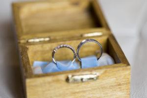 10 conseils pour choisir son photographe de mariage Bordeaux Alliances de mariage dans leur ecrin