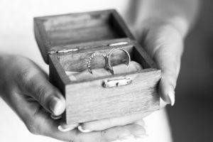 Photo des alliances et anneaux de mariage dans leur joli écrin tenu dans les mains de la mariée Mariage Photographe Sebastien Huruguen à Bordeaux