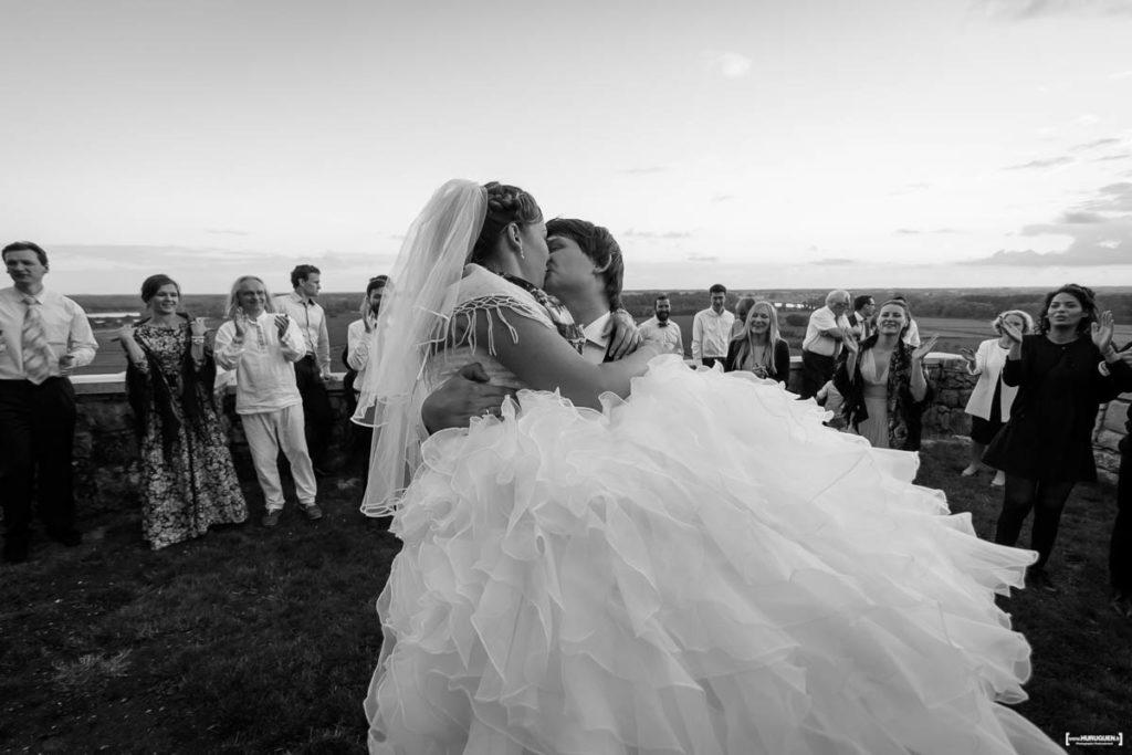 bride-kissing-wedding-mariage-bordeaux-soiree-danse-chateau-langoiran-gironde-bordeaux-libourne-sebastien-huruguen-photographe