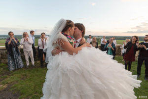 bride-kissing-wedding-sunset-mariage-bordeaux-soiree-danse-chateau-langoiran-gironde-bordeaux-libourne-sebastien-huruguen-photographe