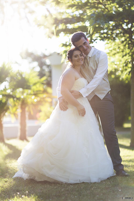 joli couple de jeunes mariés photographiés à contre jour en fin de journée au mois d'aout dans les environs de Bordeaux par le photographe de mariage Sébastien Huruguen