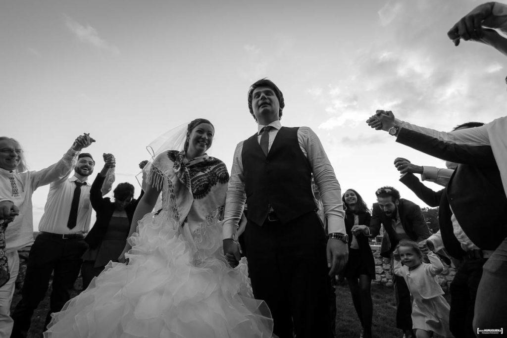danse-autour-des-maries-celebrations-soiree-cercle-sebastien-huruguen-photographe-mariage-bordeaux