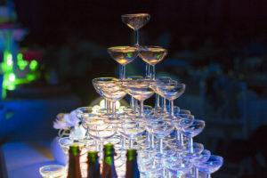 service du champagne pour le gateau de mariage pyramide de coupes de champagnes en fontaine cascade