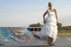 jeune mariée en robe de mariée sur un skateboard seance trash the dress Sebastien Huruguen Photographe Mariage Bordeaux