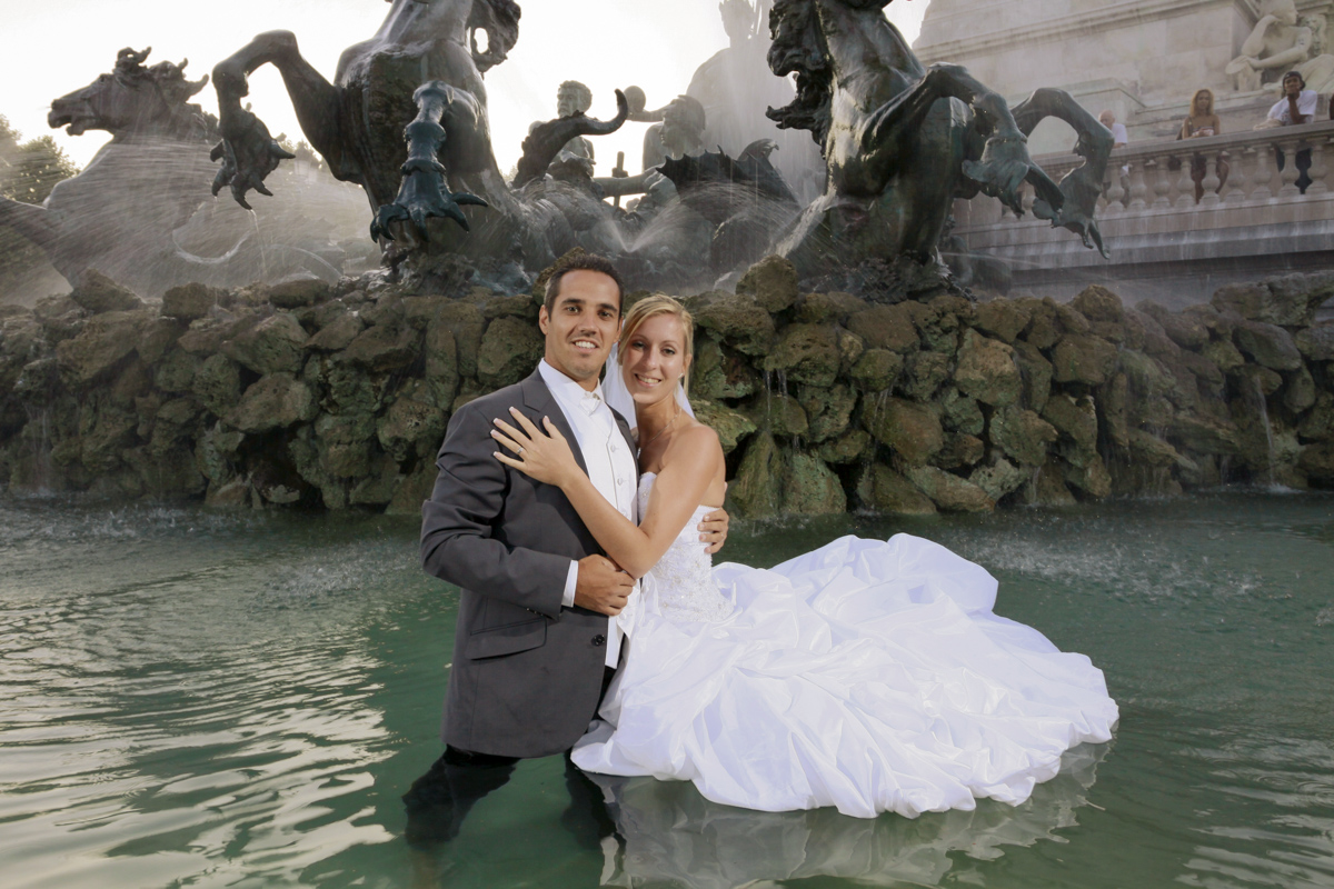 Séance trash the dress aux quinconces dans la fontaine des girondins de bordeaux, mariage, couple de mariés