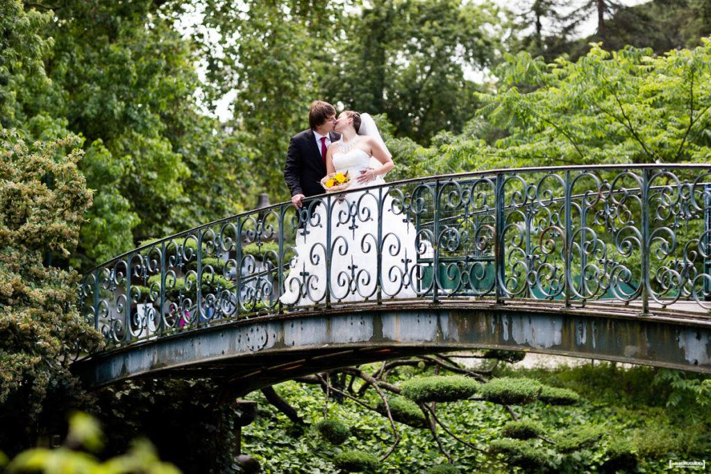 Mariés qui s'embrassent sur un pont dans le Jardin Publique de Bordeaux