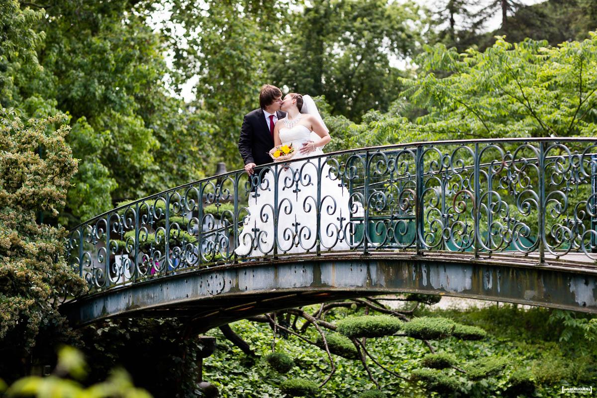 couple de jeunes mariés sur le pont du jardin publique parc à Bordeaux Sébastien Huruguen photographe de mariage à Bordeaux