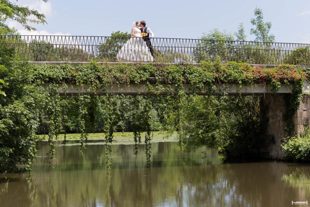 Mariés sur un pont dans la parc Majolan à Blanquefort