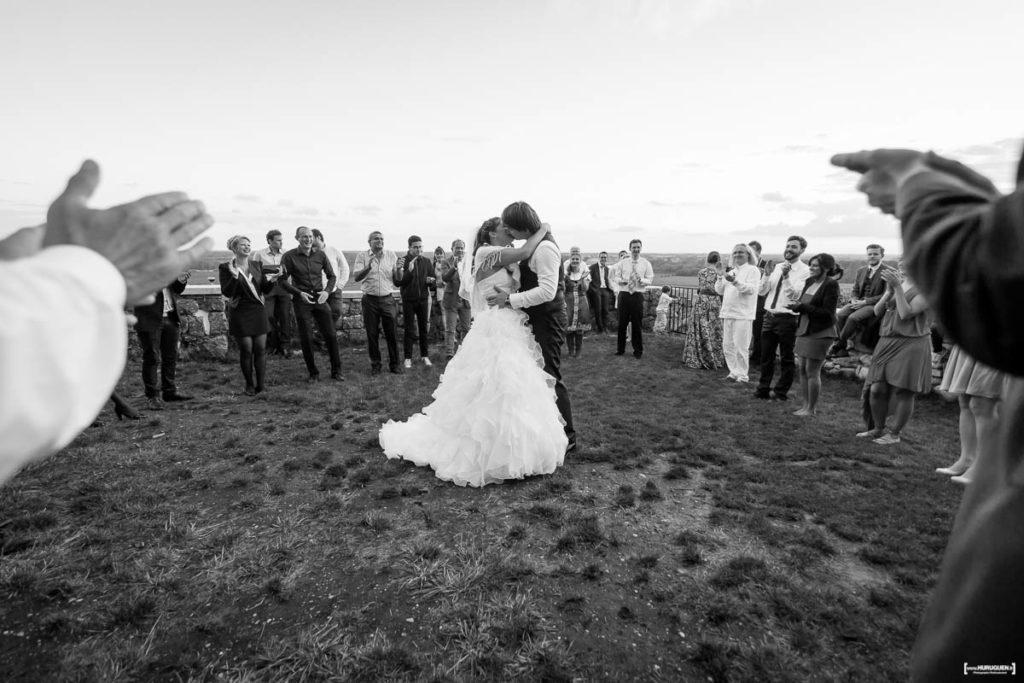 Soirée de mariage, danse autour des mariés en cercle