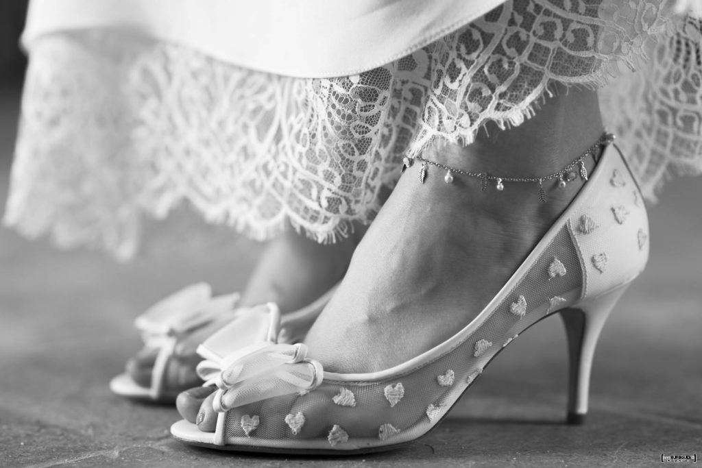 Charlotte Mills shoes escarpins dentelle white blanc heart coeurs noeud talons pieds foot feet wedding shoes chaussures de mariage sebastien huruguen @charlottemillsshoes bridalshoes bridal bride ivory ivoire