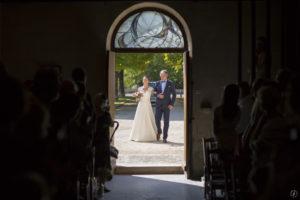 entrée de la mariée dans l'eglise par Sébastien Huruguen photographe de mariage à Bordeaux