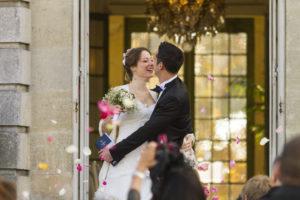 photographe de mariage a Bordeaux Sébastien Huruguen immortalise un couple de jeunes mariés sortant de la mairie de Talence dans le parc Peixotto