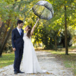 couple de jeunes mariés dans le parc de majolan à Blanquefort lors de leur séance trash the dress avec une jolie ombrelle en Gironde sous l'oeil du photographe de mariage à Bordeaux Sébastien Huruguen