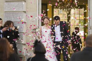 vive les mariés à la sortie de la cérémonie civile à talence en Gironde sous l'oeil du photographe de mariage à Bordeaux Sébastien Huruguen