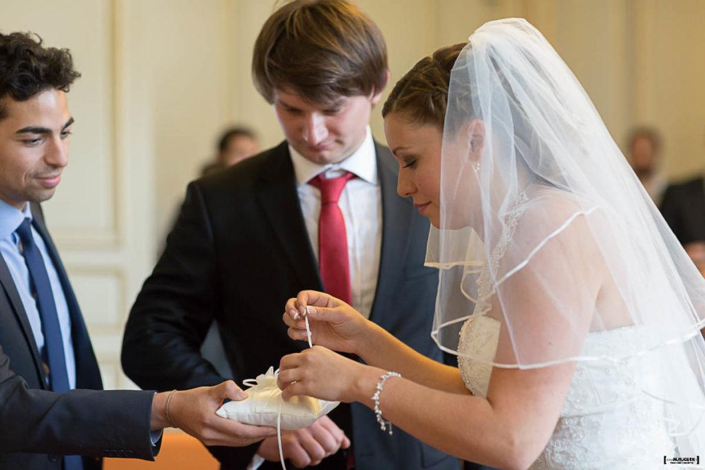 photographe-de-mariage-a-bordeaux-sebastien-huruguen-couple-mairie-bordeaux-ceremonie-civile-echange-des-alliances