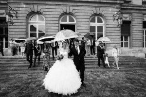 photographe-de-mariage-a-bordeaux-sebastien-huruguen-couple-mairie-bordeaux-ceremonie-civile-sortie-mairie