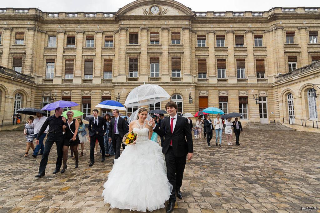 La sortie des mariés à la mairie de Bordeaux mariage civil Sebastien Huruguen photographe mariage