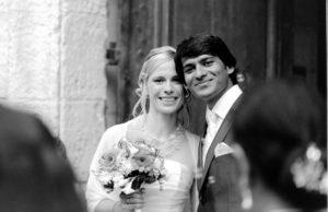 couple de jeunes mariés à la sortie de l'église d'Ayguemortes par le photographe de mariage bordelais Sébastien Huruguen photo de mariage à Bordeaux
