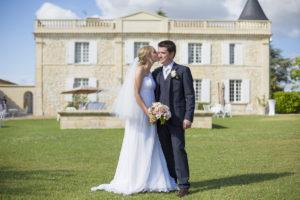 Photographe Mariage Bordeaux chateau lafitte laguens yvrac Sebastien Huruguen couple maries pelouse jardin