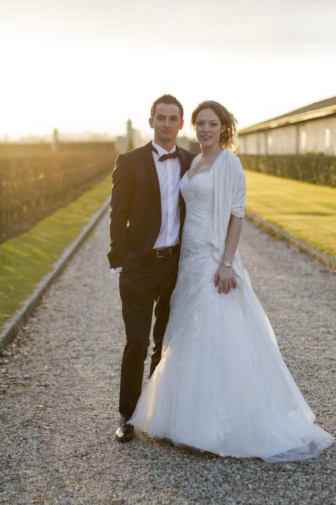Couple de jeunes mariés posant au chateau Pape Clement lieu de leur vin d'honneur pour feter leur mariage par le photographe de mariage a Bordeaux Sébastien Huruguen