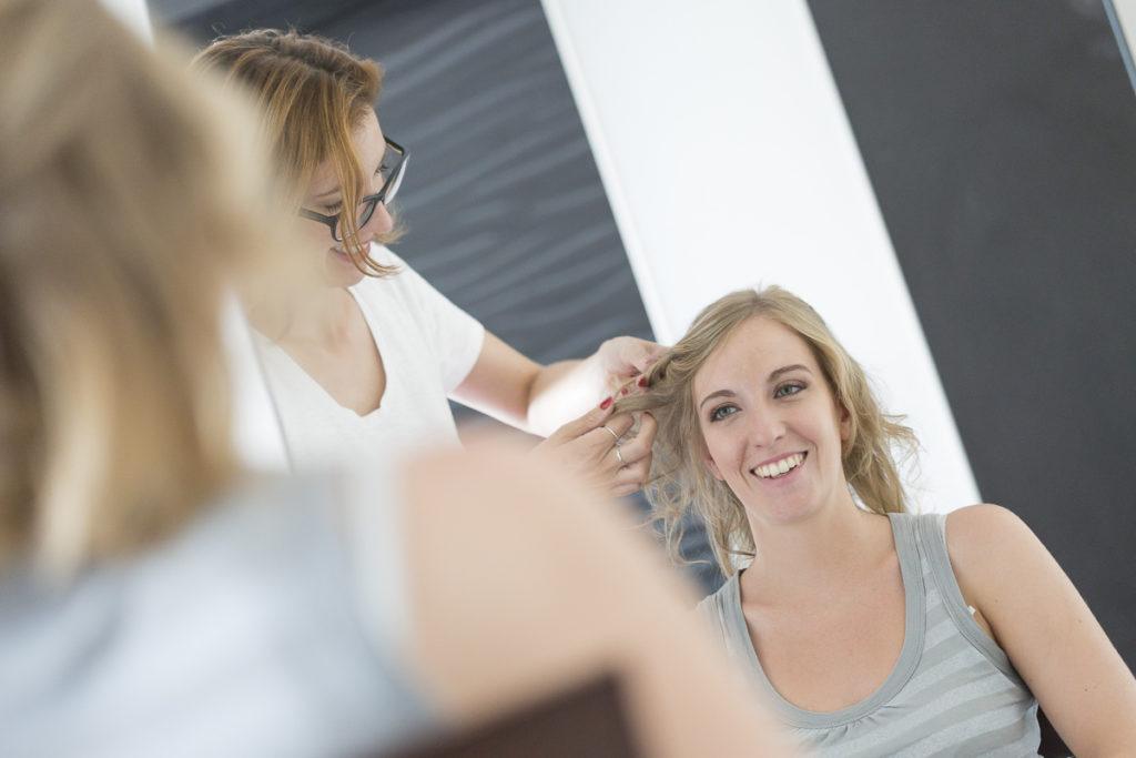 Pauline B coiffeuse et maquilleuse professionnelle de mariage et mariée à Bordeaux coiffe Florie le jour de son mariage photo Bordeaux