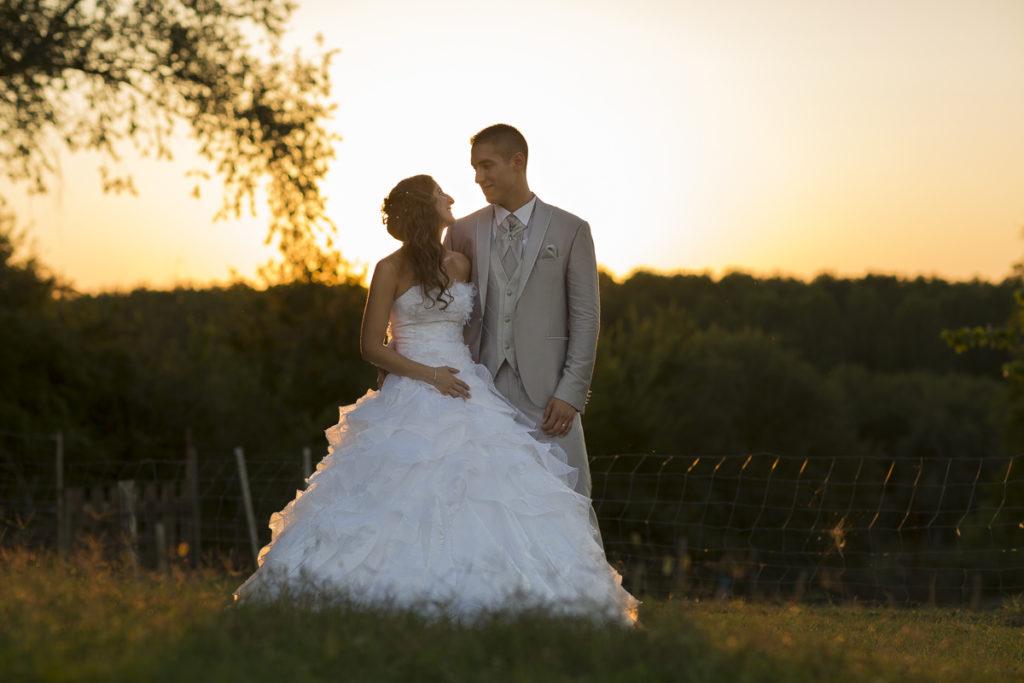 couple de jeune marie au chateau de malvirade a marmande sebastien huruguen mariage