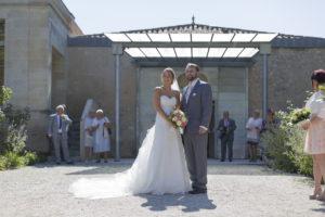 Photographe Mariage Bordeaux couple de jeunes maries a la mairie de blanquefort bouquet Sebastien Huruguen