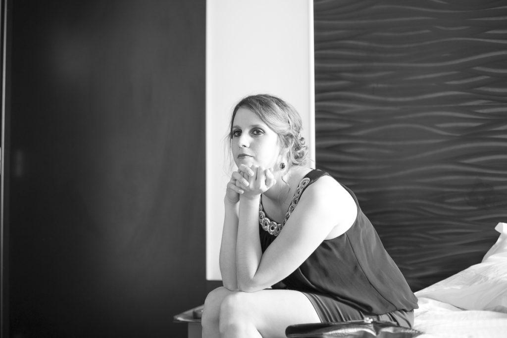 Demoiselle d'honneur jolie copine de la mariée qui se prépare make up maquillage coiffure pour son mariage photographe sebastien huruguen a Bordeaux