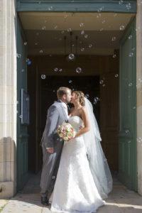 Photographe Mariage Bordeaux eglise blanquefort couple de jeunes maries embrassent bulles Sebastien Huruguen
