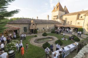 vin d'honneur réception mariage dans la cours du chateau de malvirade a marmande dans le lot et garonne par le photographe de mariage a bordeaux sebastien huruguen