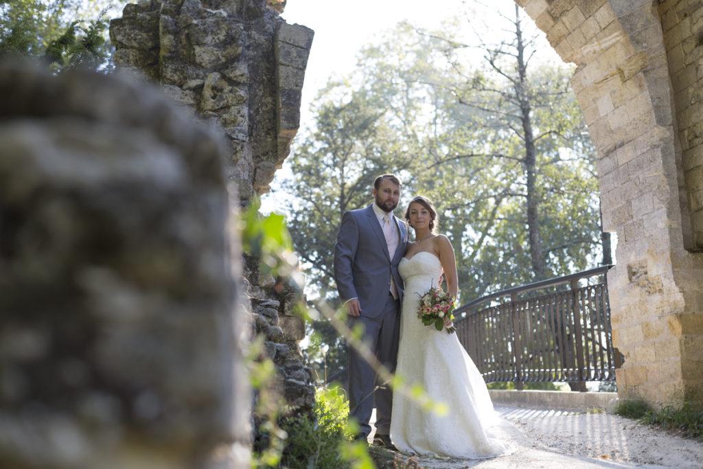 jeunes mariés mari et femme posent amoureusement dans le parc majolan a blanquefort lors de leur séance photos trash the dress par le photographe de mariage sebastien huruguen