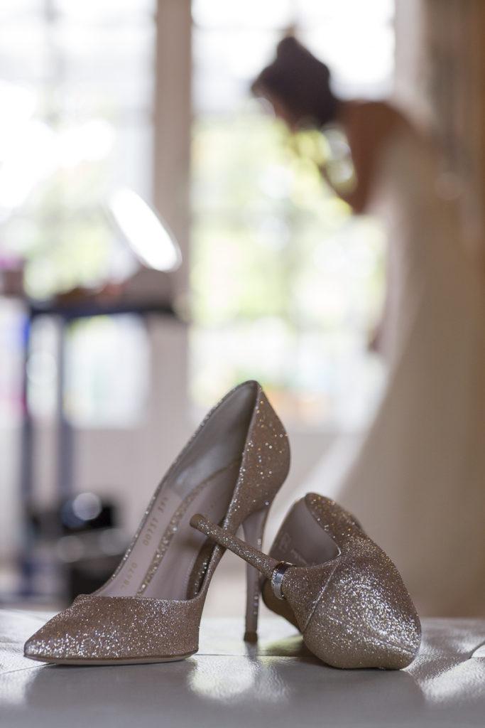 Jolies chaussures à talons de mariage avec alliances présentées dans le talon aiguille sebastien huruguen photographe de mariage à Bordeaux