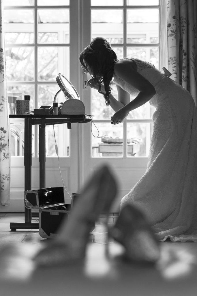 Préparatifs de la mariée, photo en noir et blanc de la mariée qui se maquille, Sebastien Huruguen Photographe Mariage Bordeaux