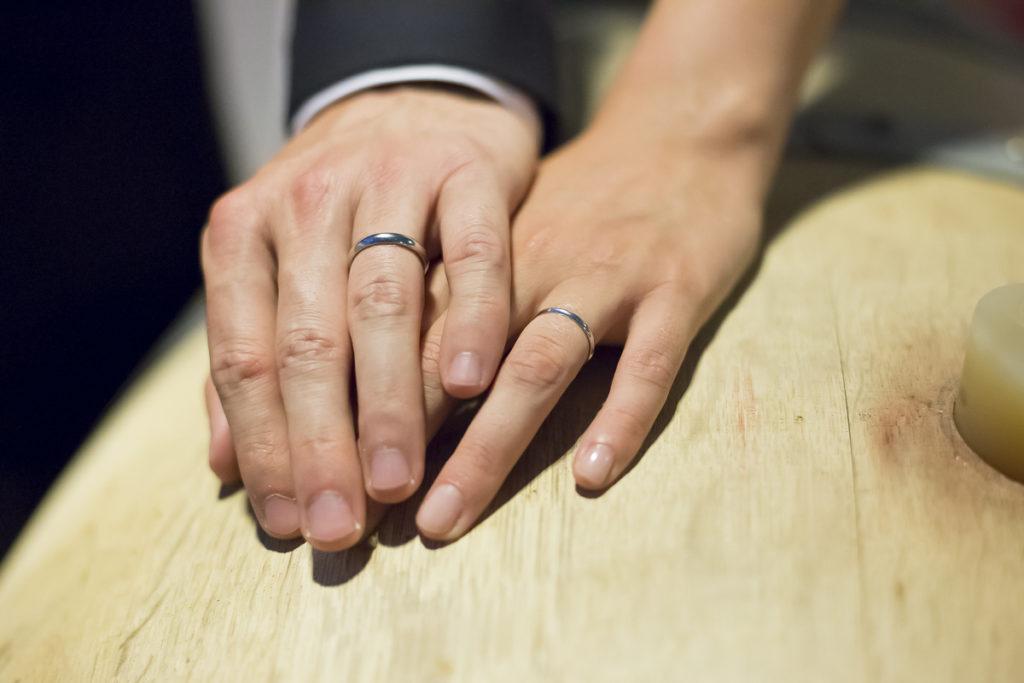 Photographe Mariage Bordeaux Sebastien Huruguen alliances anneaux main dans la main sur un tonneau barrique de vin cave chateau lafitte laguens yvrac