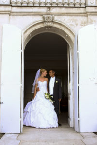 photographe de mariage a bordeaux Sebastien Huruguen mariés sortant du Grand Darnal à Bruges
