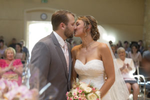 Photographe Mariage Bordeaux Sebastien Huruguen ceremonie de mariage civile blanquefort couple maries embrassent robe bouquet