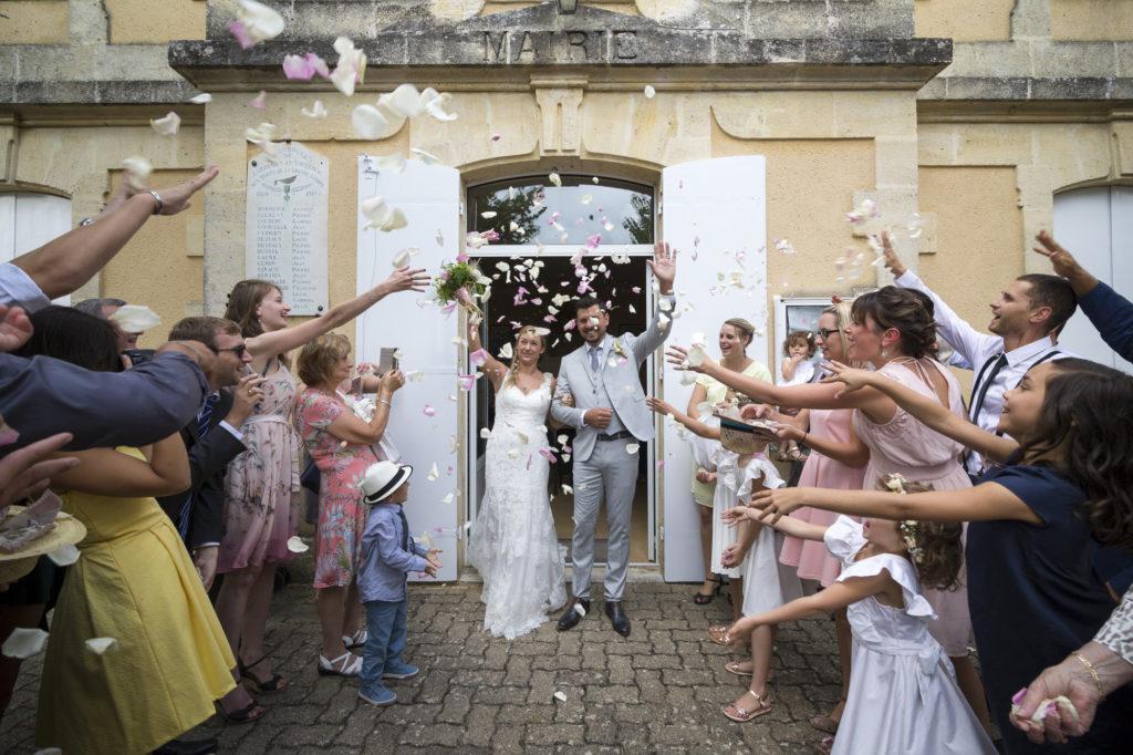 sortie de mairie vive les mariés en Gironde sous l'oeil du photographe de mariage à Bordeaux Sébastien Huruguen