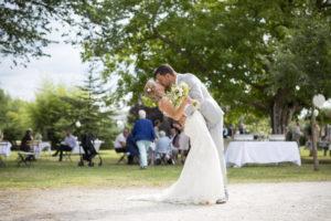 superbe couple de jeunes mariés s'embrassant dans le jardin du chateau eygreteau a coutras en Gironde sous l'oeil du photographe de mariage à Bordeaux Sébastien Huruguen