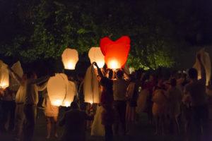superbe photographie d'un laché de lanterne lors d'un mariage dans la région de bordeaux par Sebastien Huruguen photographe mariage bordeaux