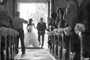 entree de la mariee a son mariage couple de maries eglise notre dame de beyssac a marmande invités et témoins sebastien huruguen