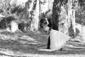 photographe mariage bordeaux sebastien huruguen noir et blanc seance trash the dress couple de jeunes mariés