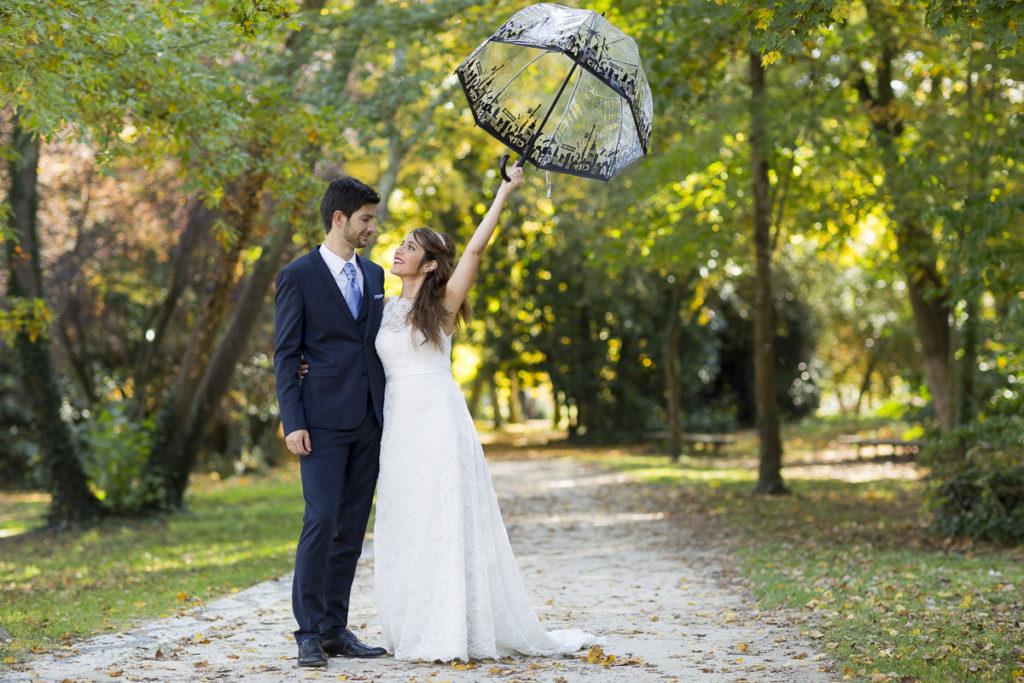 sebastien huruguen photographe mariage bordeaux couple de jeunes mariés avec une ombrelle lors de leur séance photo trash the dress au parc majolan de blanquefort