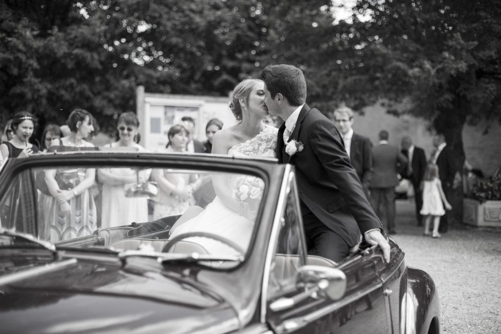 Couple de mariés qui s'embrassent à la sortie de l'église Bordeaux Gironde Aquitaine Sebastien Huruguen