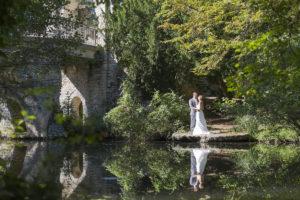Photographe Mariage Bordeaux Sebastien Huruguen superbe photo canon EOS 5D mark III reflet plan eau couple de jeunes maries au parc de majolan seance trash the dress tarif