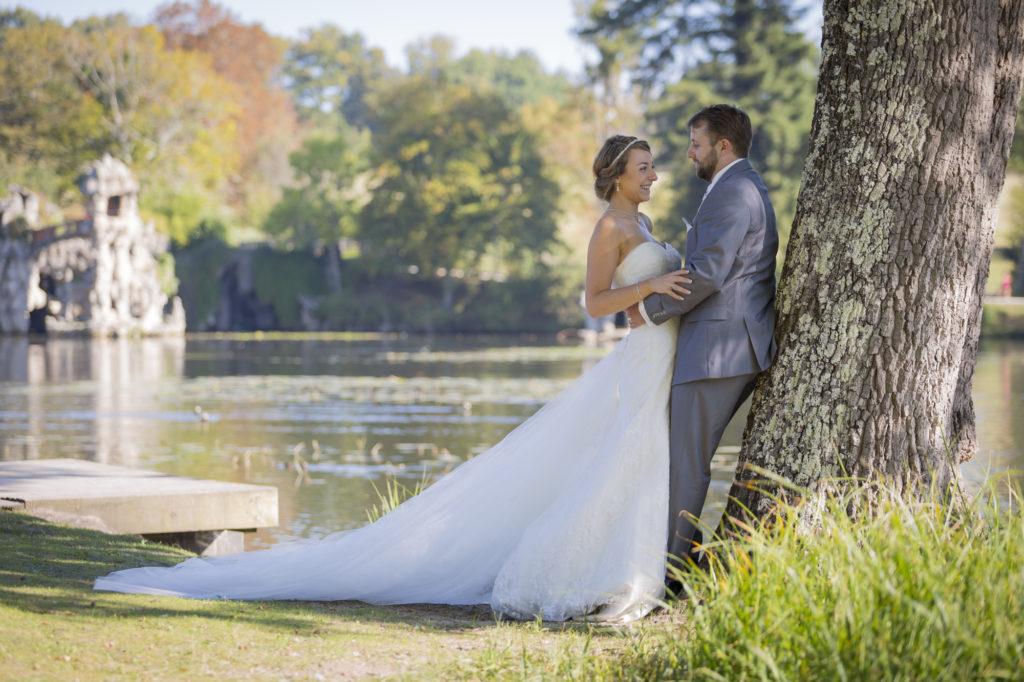 Photographe Mariage Bordeaux, mariage blanquefort, huruguen, sebastien huruguen, couple de jeunes maries dans le parc majolan à blanquefort dans la région bordelaise, seance trash the dress